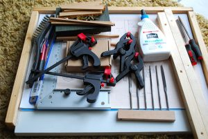 Tragbare Arbeitsplatte mit Einzelteilen für die Seitenwände