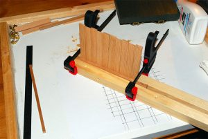 Erste Runge mit Seitenwand-Brettern verleimt und gepresst