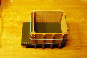 Seitenwände mit Brettersperre und Handläufen, provisorisch befestigt