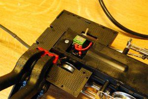 Umschalter eingebaut, Batteriekabel wird geklebt