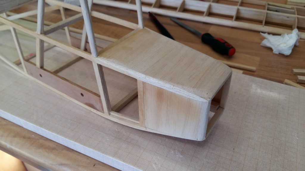 Upper planking finished, note the framing in the inside for the last side-sheets.
