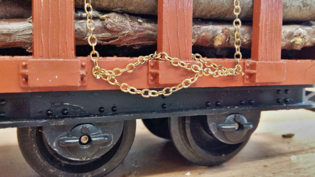 Ketten am Haken eingehängt.