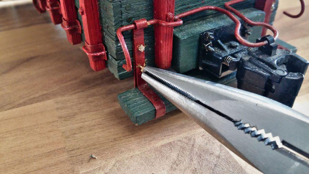 Gewindestift wird in das Holz geschraubt.