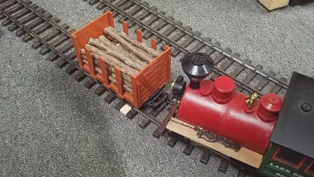 Die Lok kuppelt am Waggon an und zieht ihn zum vorderen Abladepunkt.