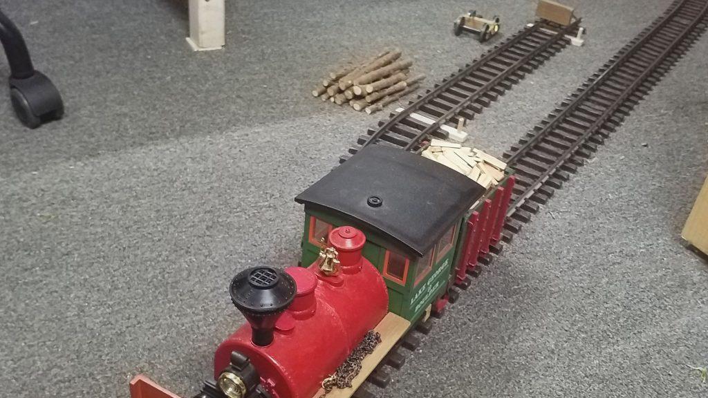 """Der leere Zug hat die Kehrschleife gegen den Uhrzeigersinn durchfahren und holt die """"nächste Ladung""""."""