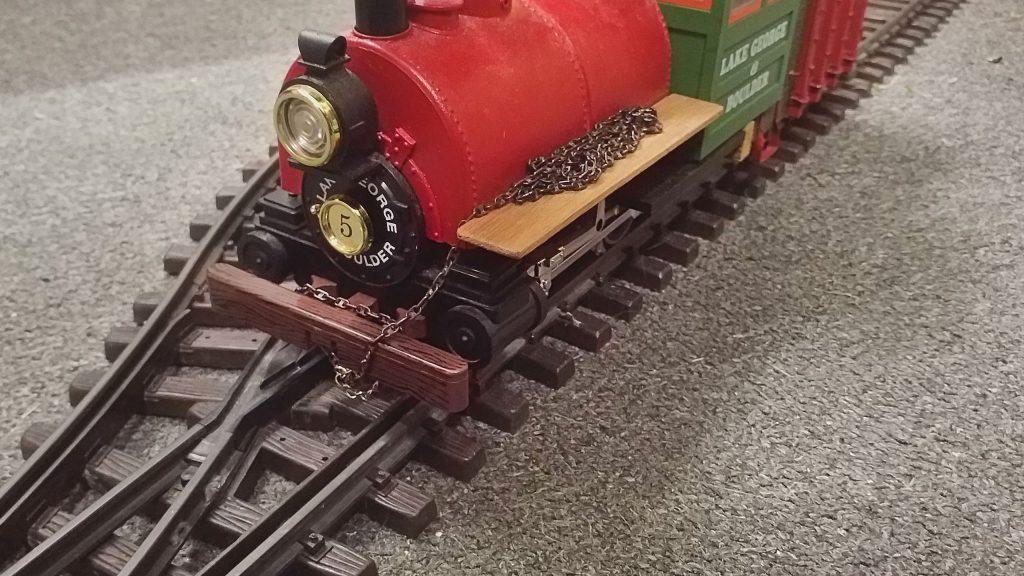 In der Zwischenzeit kann die Kette wieder vorn an der Lok befestigt werden.
