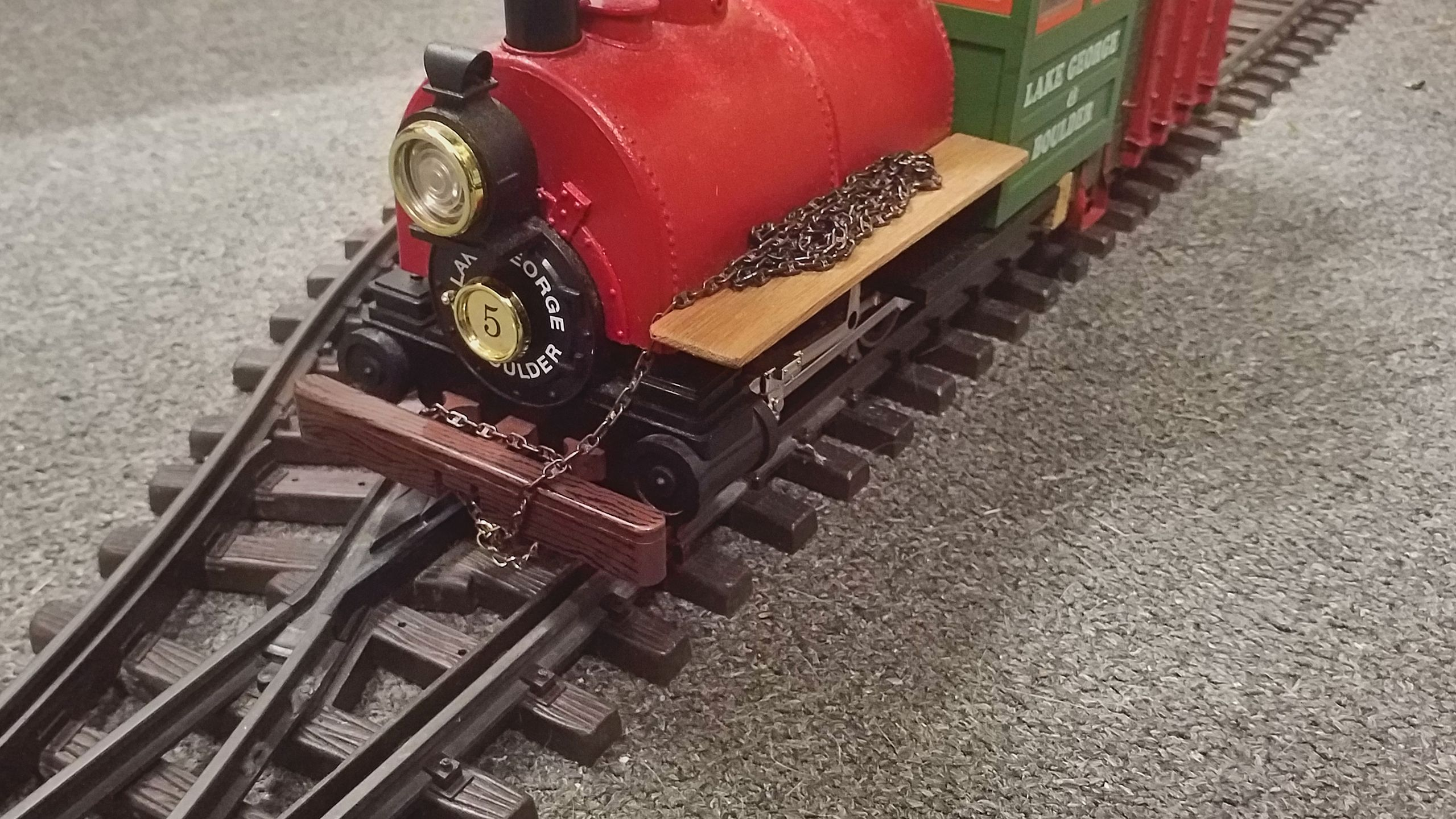 Meanwhile the chain can be fastened to the loco's front again.