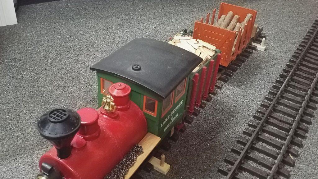 Die Lok drückt den Waggon dann zur hinteren Ladestelle.