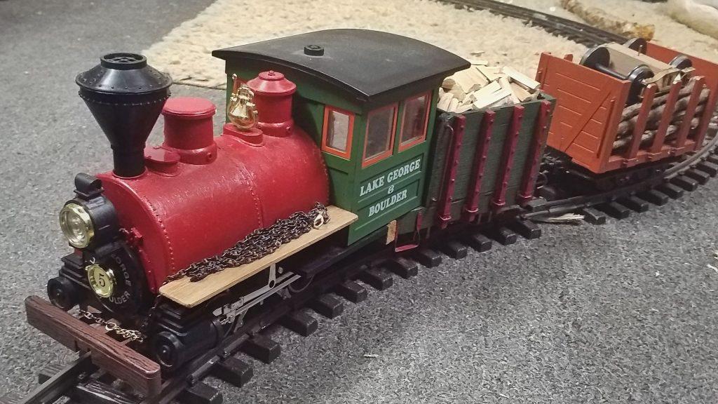 Der beladene Zug fährt im Uhrzeigersinn durch die Kehrschleife.