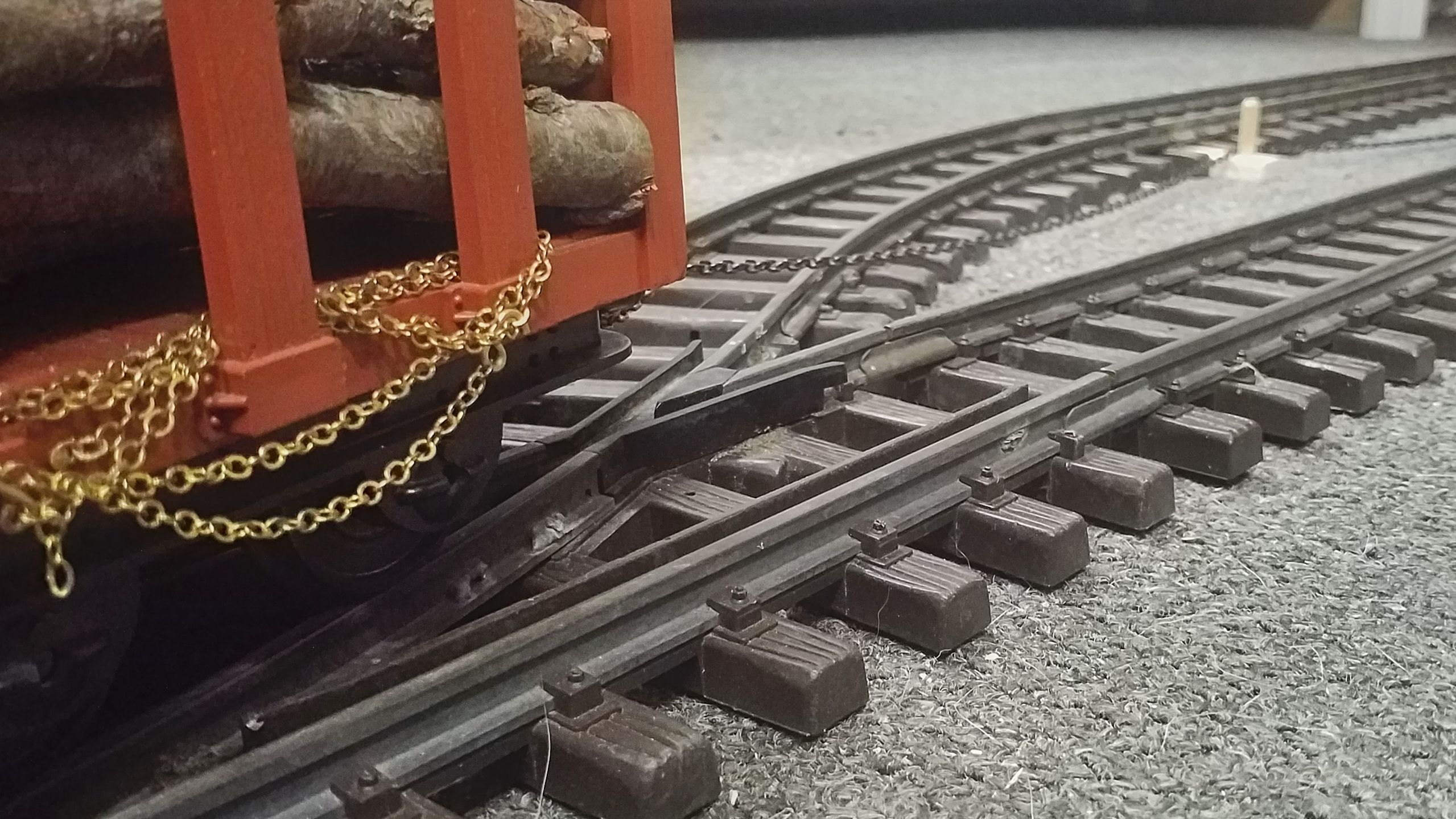 The bollard ensures that the chain's pulling force won't derail the waggon on the frog.
