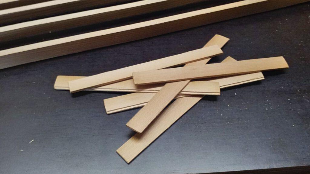 Planken für das Ende des Bodens sind zugesägt und mit Nut ausgestattet.