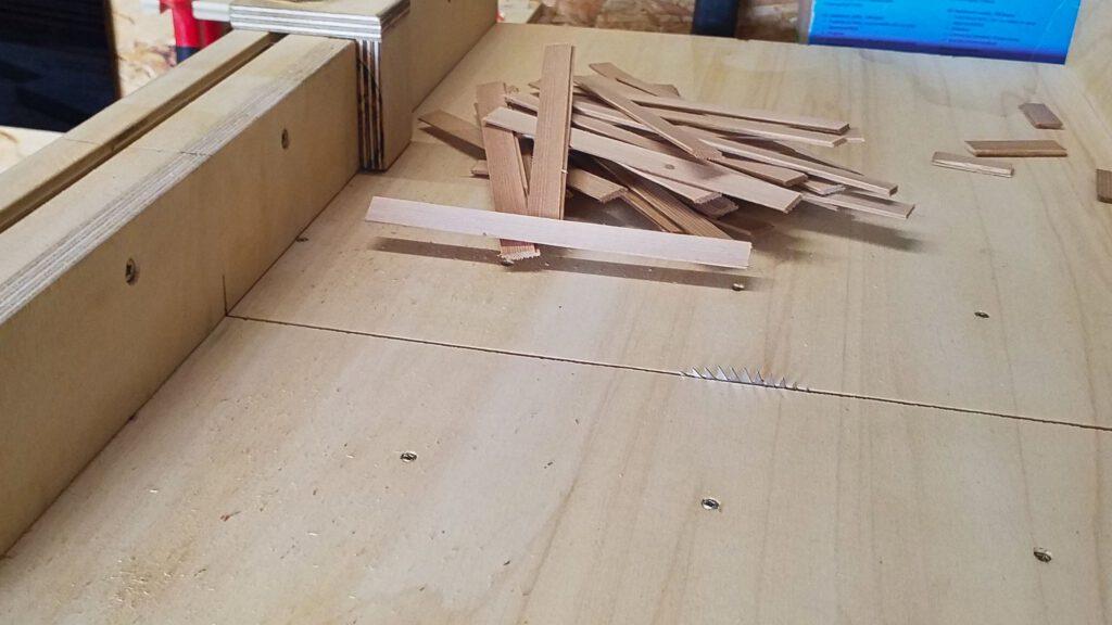 Die Planken für den Boden werden abgelängt.