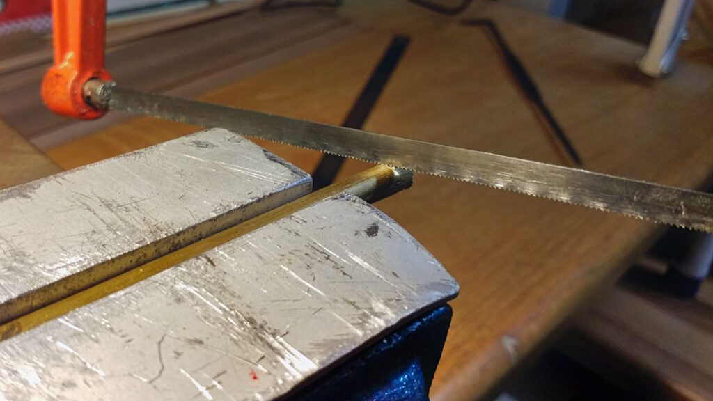Ein Stück Messingrohr mit 6 mm Außendurchmesser und 5 mm Innendurchmesser wird zugeschnitten.
