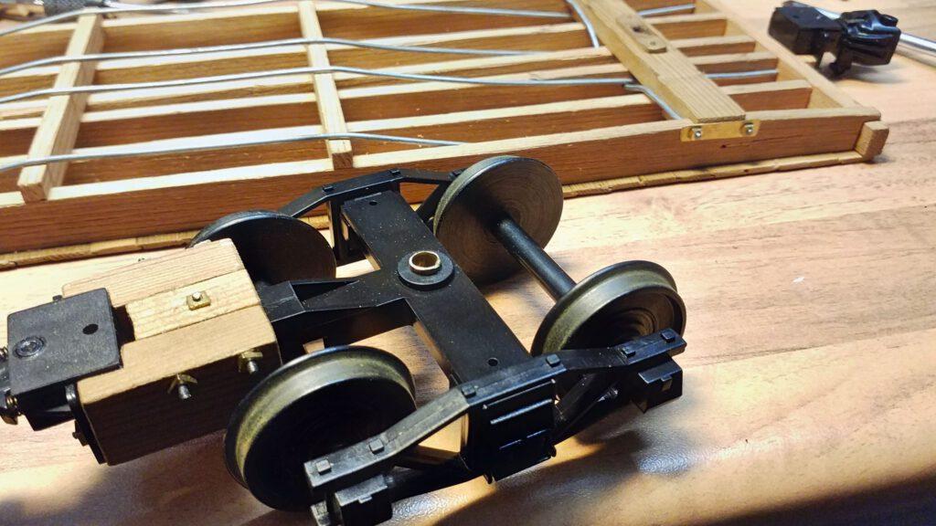 Das Messingrohr dient als Lagerhülse um das Drehgestell vor dem Schraubengewinde zu schützen.