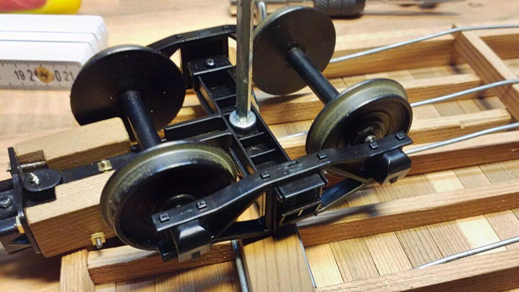 Das Drehgestell wird mit einer M5 Schraube befestigt.
