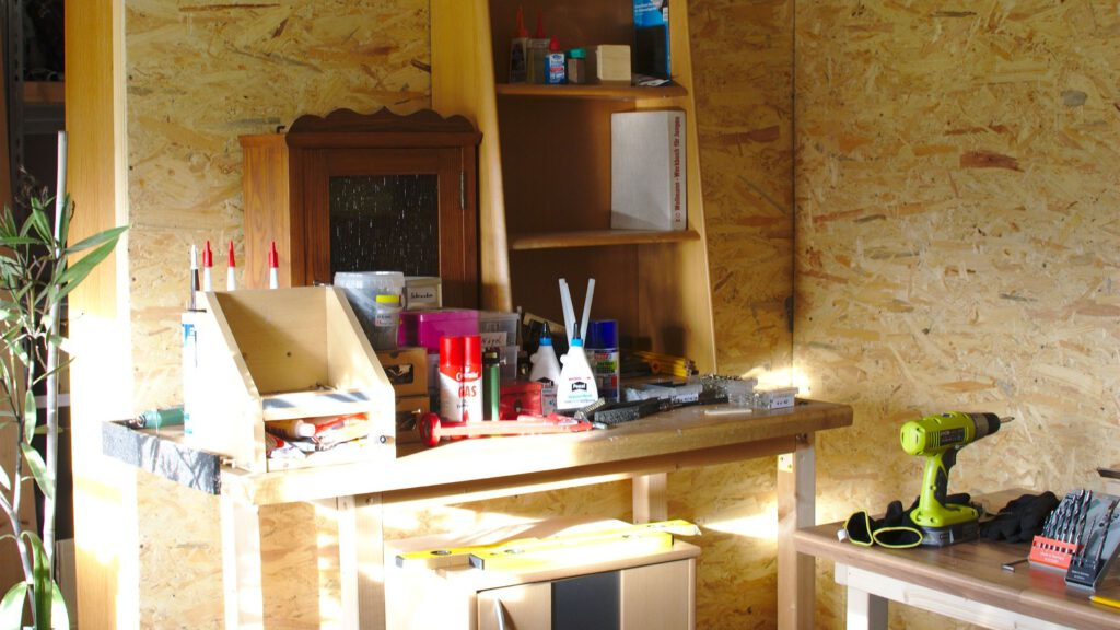 The dry walls are finished, to the right the second workbench.