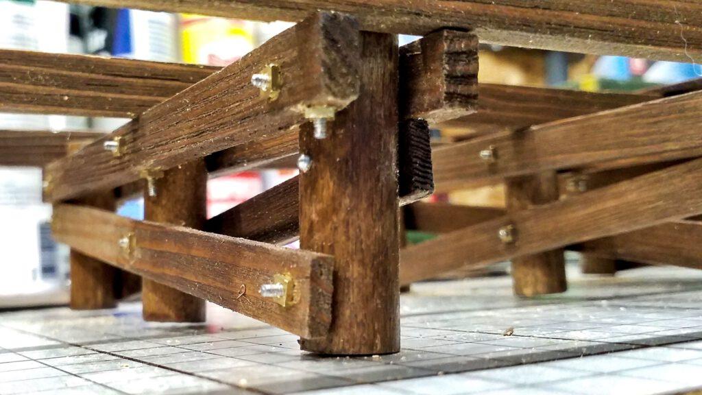 Die Bents werden durch Längsbalken verbunden und verschraubt.