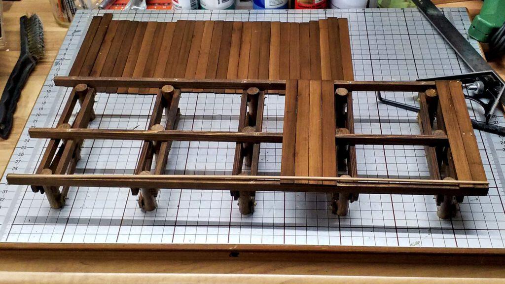 Die Planken für die Plattform werden aufgenagelt.