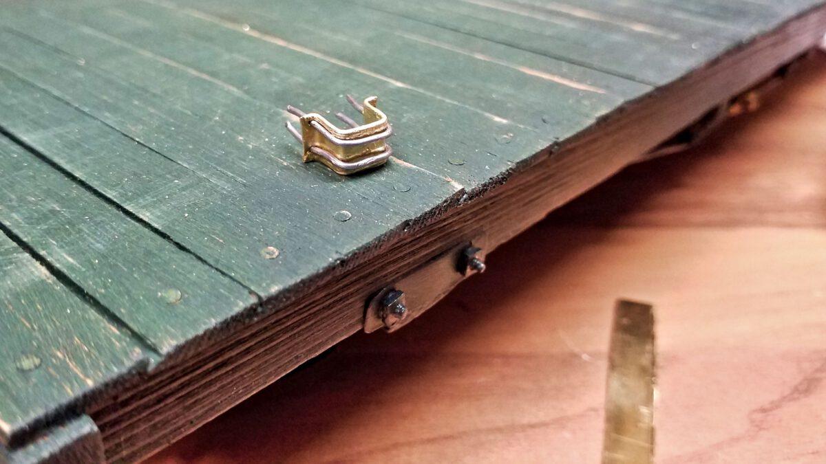 Rungentasche mit Befestigungsdraht bereit zur Montage.